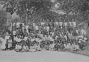 COLLECTIE TROPENMUSEUM Groepsportret van vrouwen en kinderen met twee Britse zusters van de Rijnsche Zending te Sipoholon Residentschap Tapanoeli West-Sumatra. TMnr 60046400.jpg